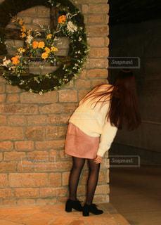 レンガ壁の前に立っている女性 - No.815766