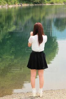 水の前に立っている女性 - No.819094