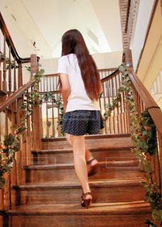 階段を登る女性 - No.819103