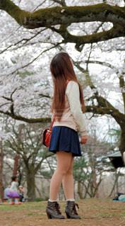 木の隣に立っている女性 - No.819107
