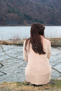 冬の湖で物思いにふける - No.894991