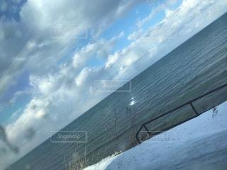 近くに雪の斜面をカバーの写真・画像素材[1188807]