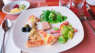 テーブルの上に食べ物の種類トッピング白プレートの写真・画像素材[1192289]
