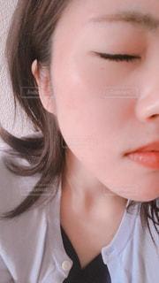 近くに黒い髪と白いシャツを着ている女性のの写真・画像素材[1289472]