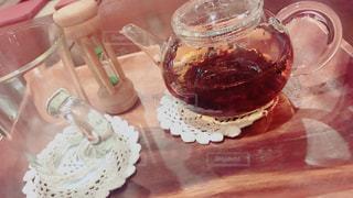 近くのテーブルにケーキのアップの写真・画像素材[1636737]