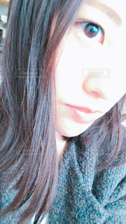 クローズ アップ カメラ見ている赤髪の人のの写真・画像素材[1636773]