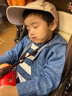 帽子をかぶった小さな男の子の写真・画像素材[2504182]