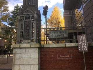 建物の前に時計塔の写真・画像素材[708972]