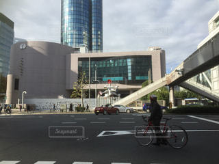 建物の前で自転車に乗る人の写真・画像素材[708974]