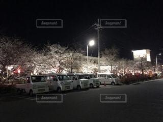 夜のトラフィックでいっぱい街の通りのビューの写真・画像素材[1090695]