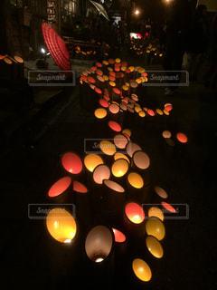 近くに夜の赤色光のアップの写真・画像素材[1093004]