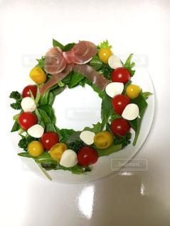 テーブルの上に食べ物のプレートの写真・画像素材[717146]
