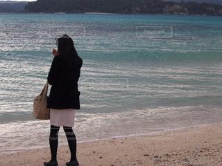 ビーチに立っている女性 - No.781610