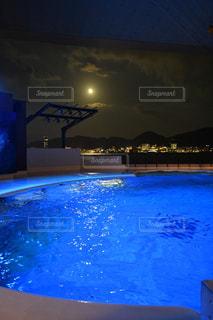 大きな水のプールの写真・画像素材[2384897]