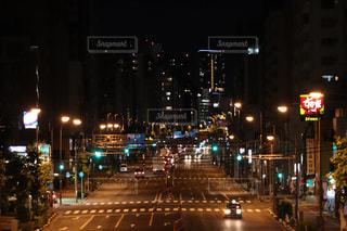 夜のトラフィックでいっぱい通りの写真・画像素材[824267]