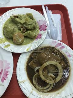 テーブルの上に食べ物のプレートの写真・画像素材[878537]
