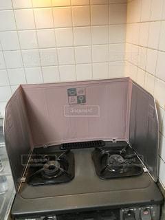 ストーブ、電子レンジ付きのキッチン - No.878541