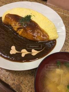 テーブルの上に食べ物のプレートの写真・画像素材[855703]