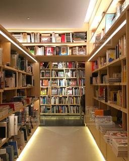 本棚の本でいっぱいの部屋の写真・画像素材[867456]