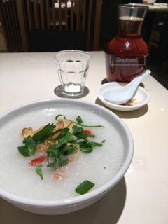 テーブルの上に食べ物のプレートの写真・画像素材[896452]