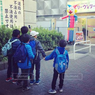 写真を撮る小学生男子の写真・画像素材[897843]