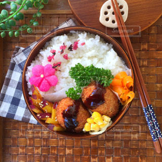 テーブルの上に食べ物のプレート - No.706778