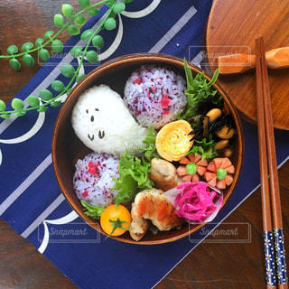 木製のテーブルの上に食べ物のボウル - No.768156