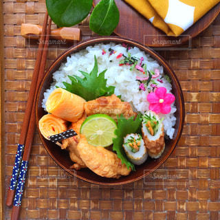 テーブルの上に食べ物のプレート - No.768163