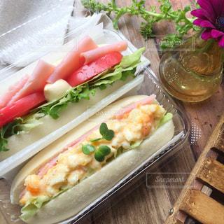 テーブルの上に食べ物のトレイの写真・画像素材[789968]