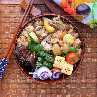 テーブルの上に食べ物のボウル - No.794670