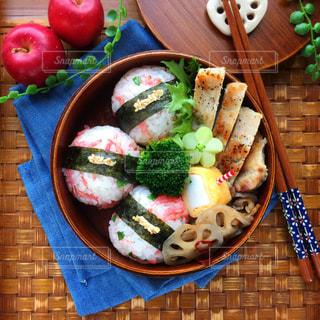 テーブルの上に食べ物の種類でいっぱいのボックス - No.805202