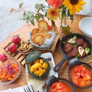 テーブルの上に座って食品の束 - No.805210