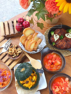 木製のテーブルの上に食べ物の束 - No.805211