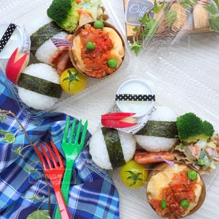近くにテーブルの上に食べ物の多くの異なる種類のの写真・画像素材[824563]