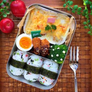 テーブルの上に食べ物の写真・画像素材[841255]