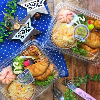 テーブルの上に食べ物の写真・画像素材[852741]