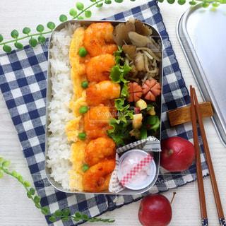 テーブルの上に食べ物のプレートの写真・画像素材[852742]