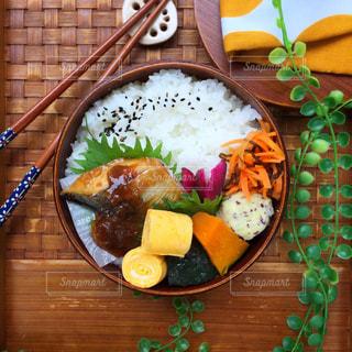 木製のテーブルの上に食べ物のプレートの写真・画像素材[873978]