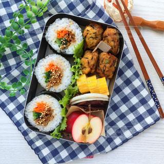 テーブルの上に食べ物のプレートの写真・画像素材[873980]
