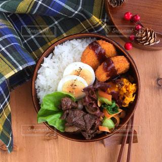 木製のテーブルの上に座って食品のボウルの写真・画像素材[888288]