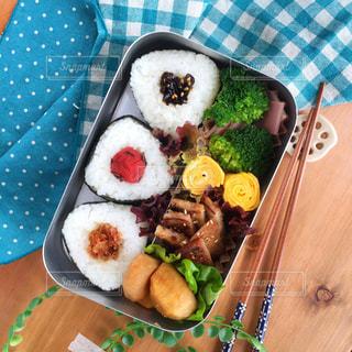 テーブルの上に食べ物のプレートの写真・画像素材[888290]