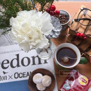 テーブルの上のコーヒー カップの写真・画像素材[903229]