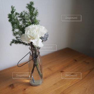 木製のテーブルの上に座って花の花瓶 - No.903230