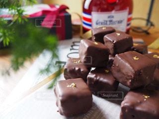 テーブルの上のチョコレート ケーキの写真・画像素材[935495]