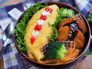 板の上に食べ物のボウルの写真・画像素材[935511]