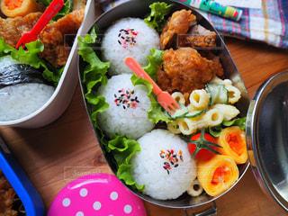 テーブルの上に食べ物の種類でいっぱいのボックス - No.1176105