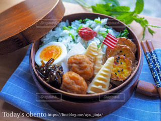 テーブルの上に食べ物のボウルの写真・画像素材[1269784]