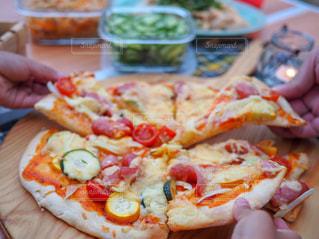 ピザのスライスを持っているの写真・画像素材[1440236]