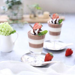 チョコとミルクの2層デザートの写真・画像素材[977484]