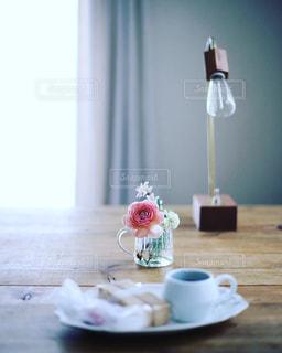テーブルの上のコーヒー カップの写真・画像素材[1064070]